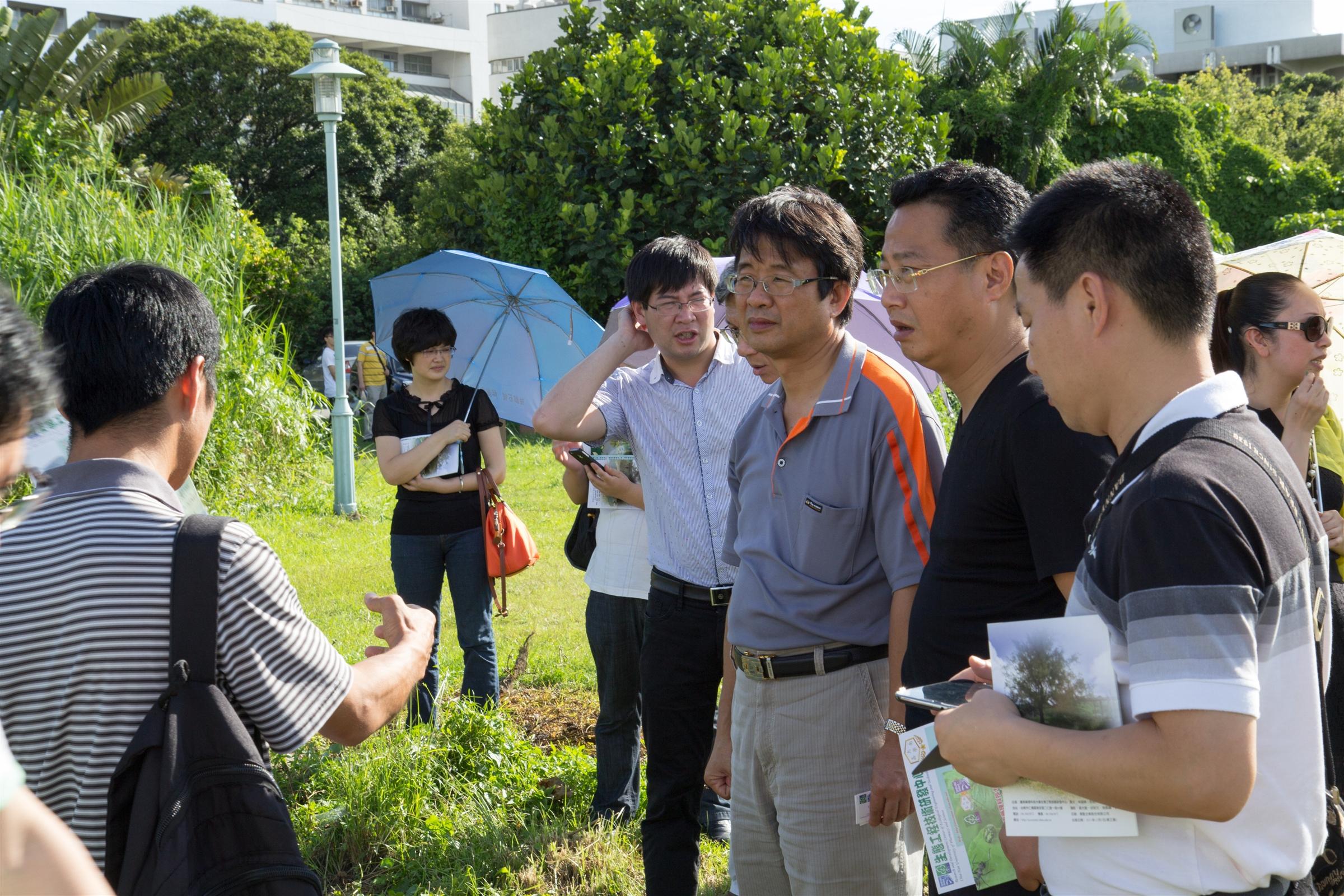 生態中心副主任(環工系主任)向惡將農村促進會來賓介紹生態處理技術